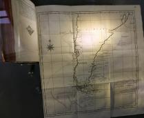 Oude kaart Zuid Amerika in vitrine KB
